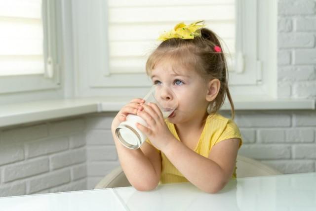 Когда коровье молоко может нанести вред: отвечает эксперт